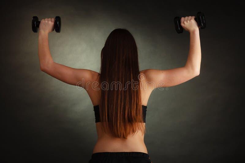 Mulher apta que exercita com pesos imagem de stock royalty free