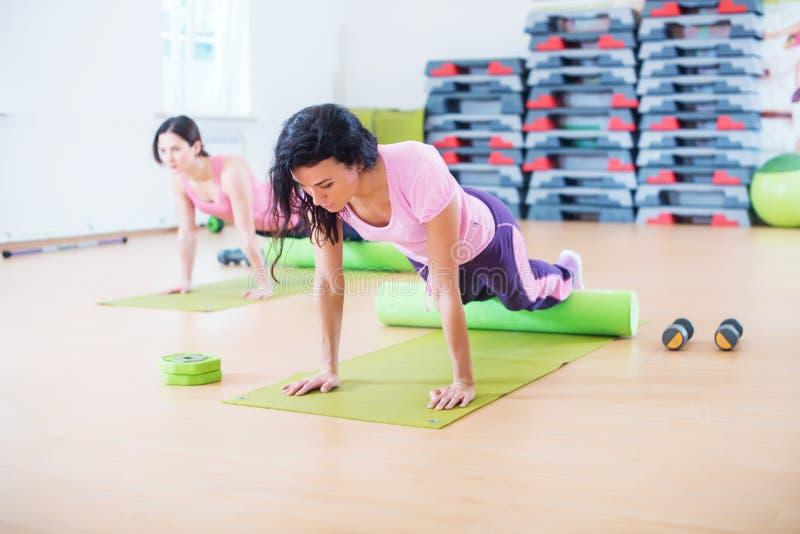 A mulher apta que faz pilates exercita o esticão arqueando a para trás no estúdio da aptidão foto de stock royalty free