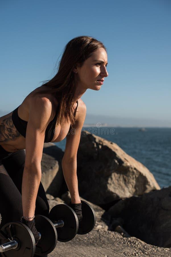 Mulher apta que levanta peso - exterior imagens de stock