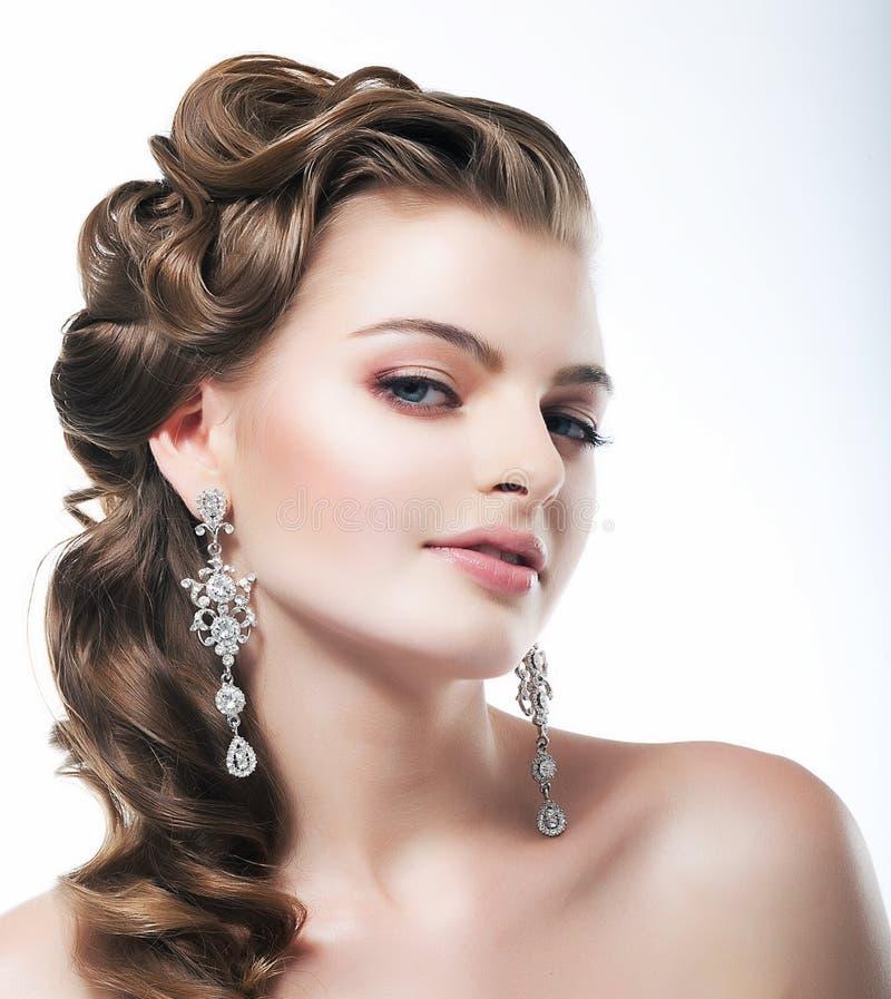 Prazer. Noiva fino elegante da mulher com brincos do diamante. Jóia da platina imagem de stock royalty free