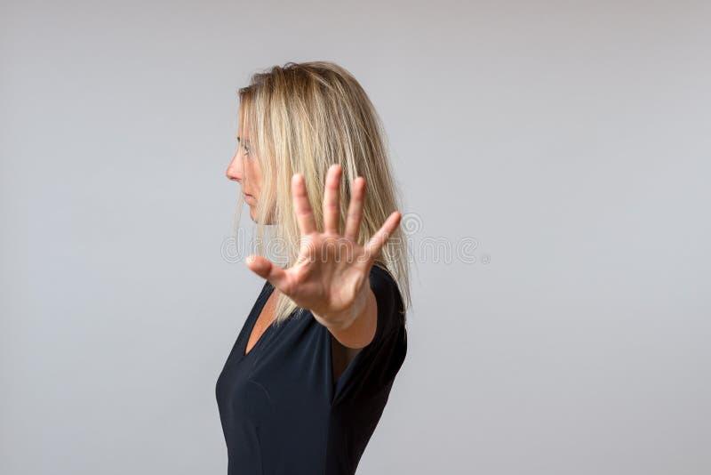 Mulher arrogante imperiosa que gesticula com sua mão fotos de stock royalty free
