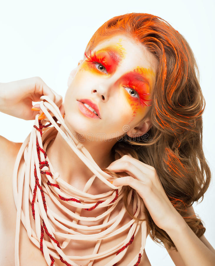 Expressão. Cara da mulher artística do cabelo vermelho brilhante. Conceito da arte imagens de stock