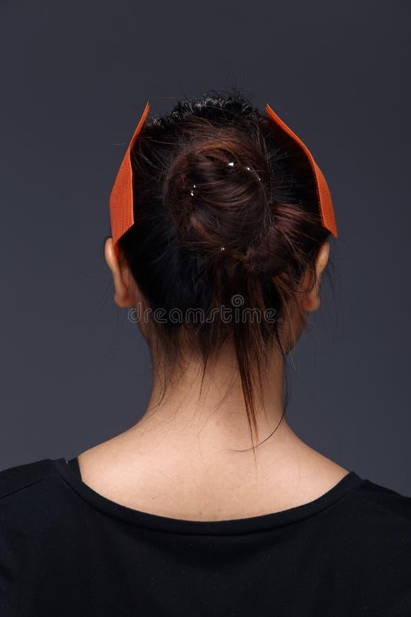 A mulher asiática antes compõe o penteado nenhum retocar, cara fresca fotografia de stock
