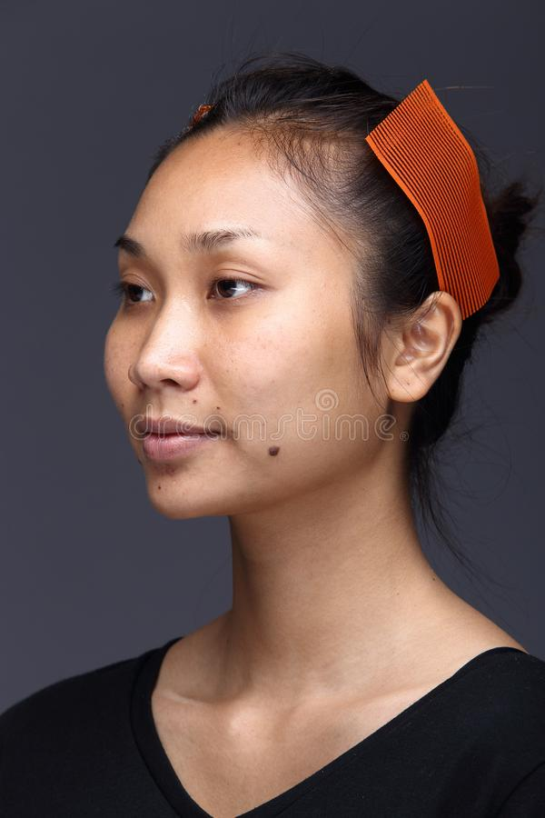A mulher asiática antes compõe o penteado nenhum retocar, cara fresca foto de stock