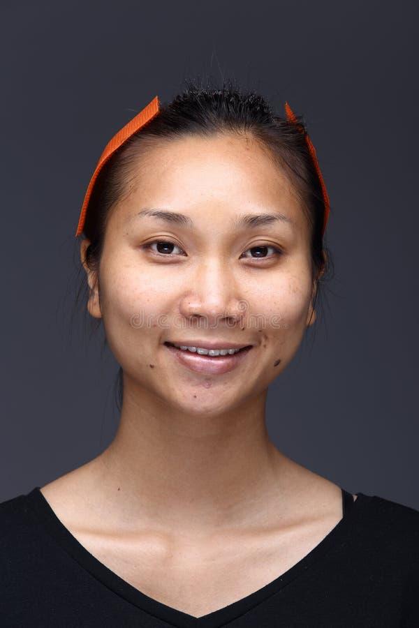 A mulher asiática antes compõe o penteado nenhum retocar, cara fresca imagem de stock
