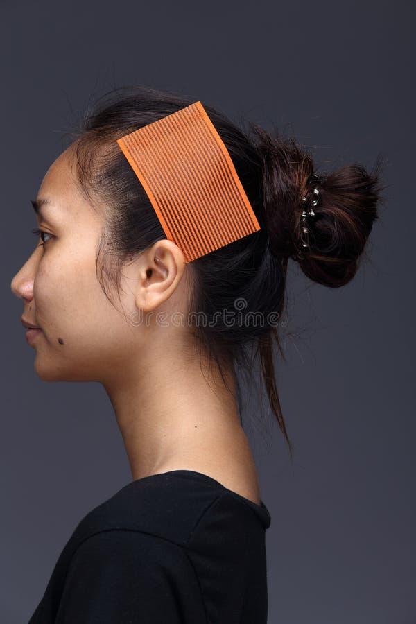 A mulher asiática antes compõe o penteado nenhum retocar, cara fresca fotos de stock royalty free