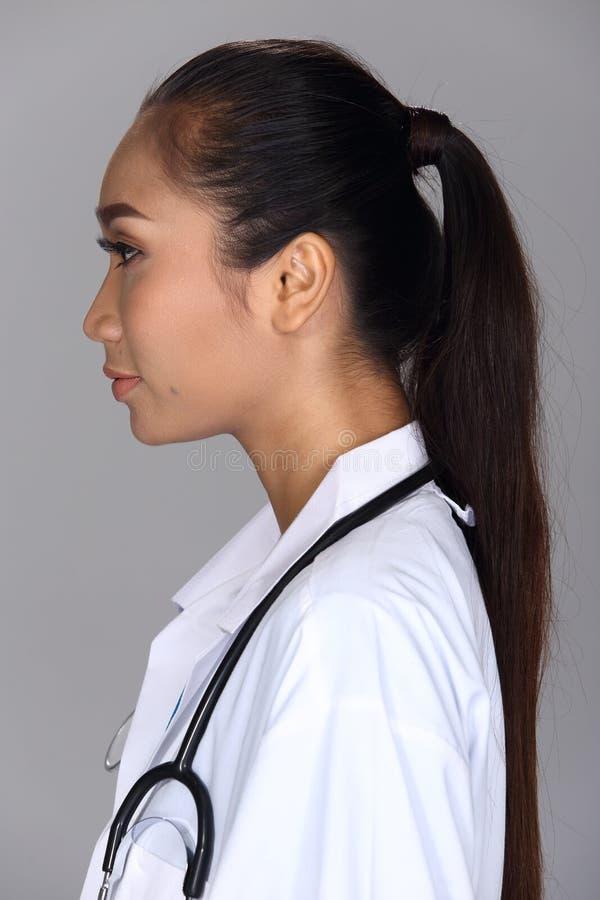 A mulher asiática após compõe o penteado nenhum retocar, cara fresca imagens de stock