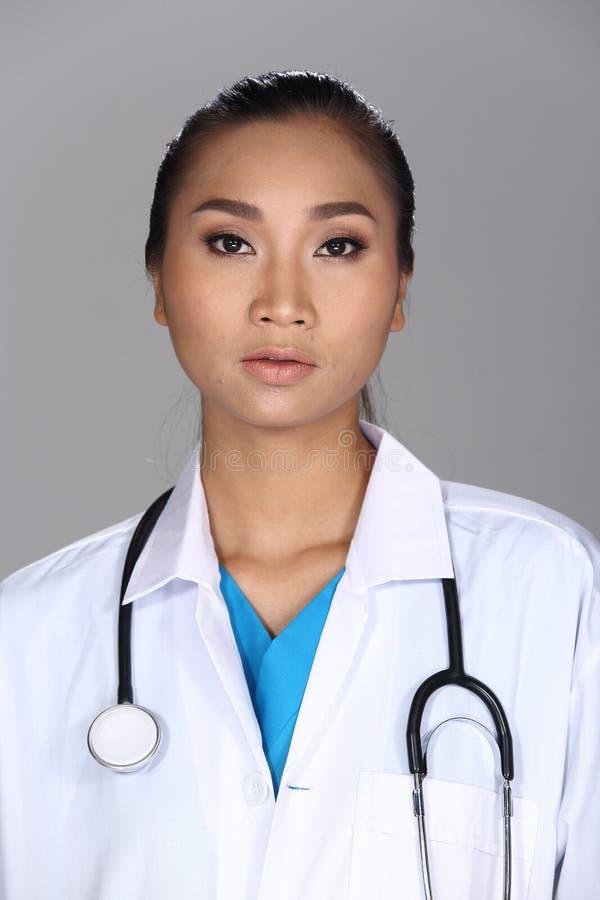 A mulher asiática após compõe o penteado nenhum retocar, cara fresca fotos de stock