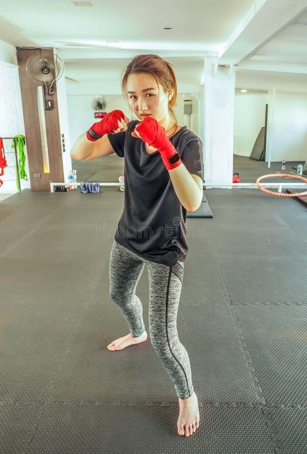 A mulher asiática atrativa nova com luvas de encaixotamento está pronta para a batalha foto de stock royalty free