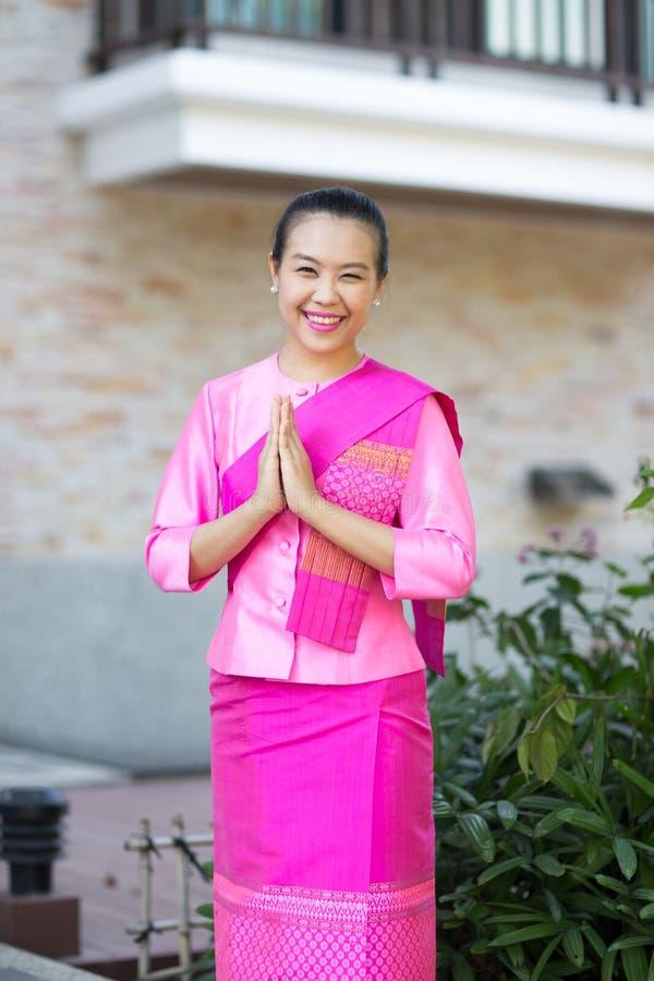 Mulher asiática bonita com expressão bem-vinda imagem de stock