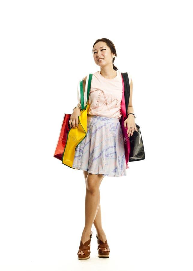 Mulher asiática bonita com sacos de compra imagem de stock