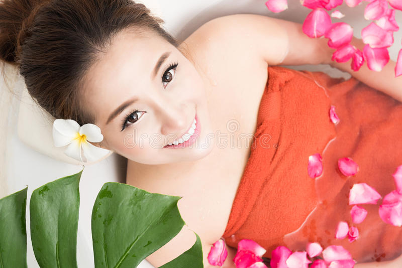 Mulher asiática bonita da beleza no banho com pétala cor-de-rosa Cuidado e termas do corpo fotos de stock