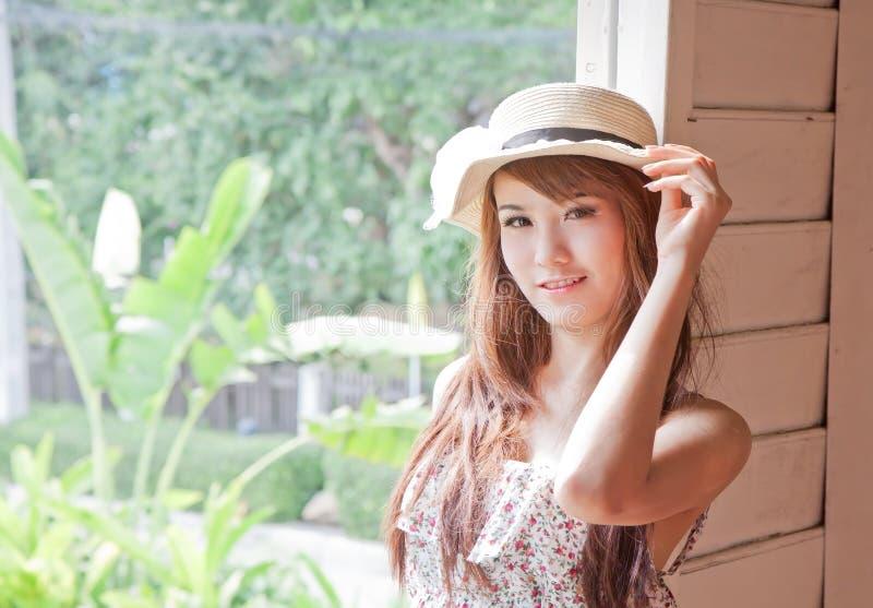 Mulher asiática bonita da emoção do sorriso fotografia de stock royalty free