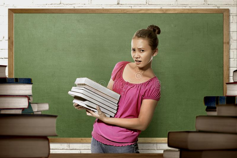 Mulher asiática bonita da estudante universitário com posição do livro fotos de stock