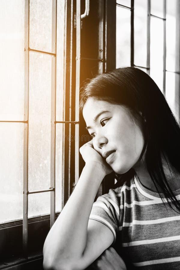 A mulher asiática bonita do retrato, comprime e olhando para fora a vitória imagens de stock