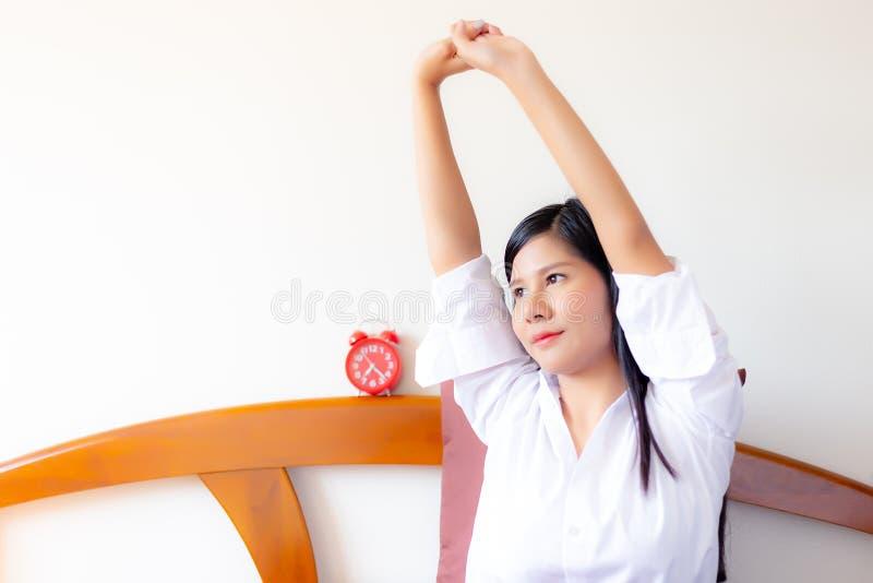 Mulher asiática bonita encantador do retrato A mulher bonita atrativa está esticando os braços A mulher lindo está acordando na m imagem de stock