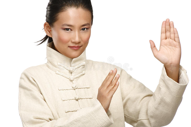 A mulher asiática bonita faz o gesto do kung-fu foto de stock
