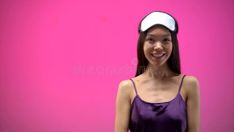Mulher asiática bonita na venda e na roupa interior que olham a câmera e o sorriso imagens de stock