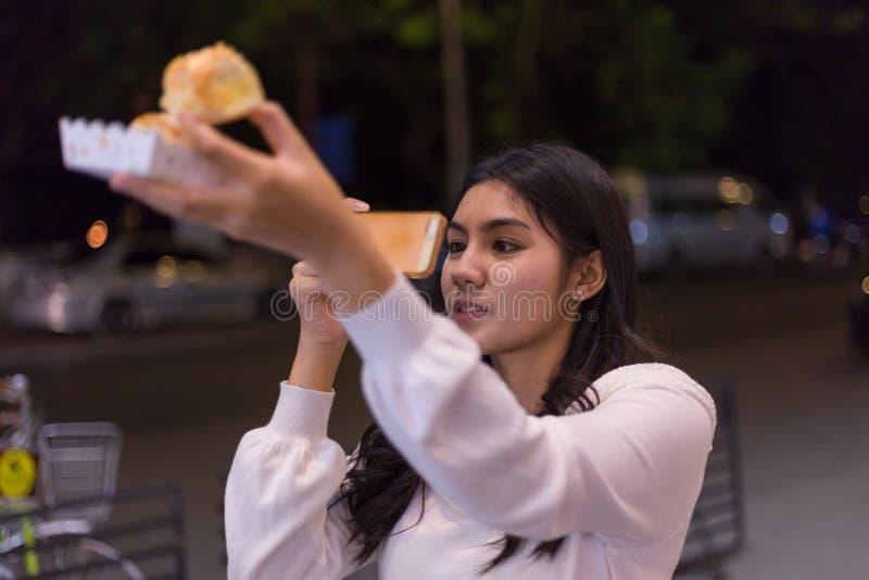 Mulher asiática bonita no mercado de rua da noite imagem de stock royalty free
