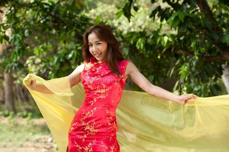 Mulher asiática bonita no vestido tradicional em uma maneira alegre fotos de stock royalty free