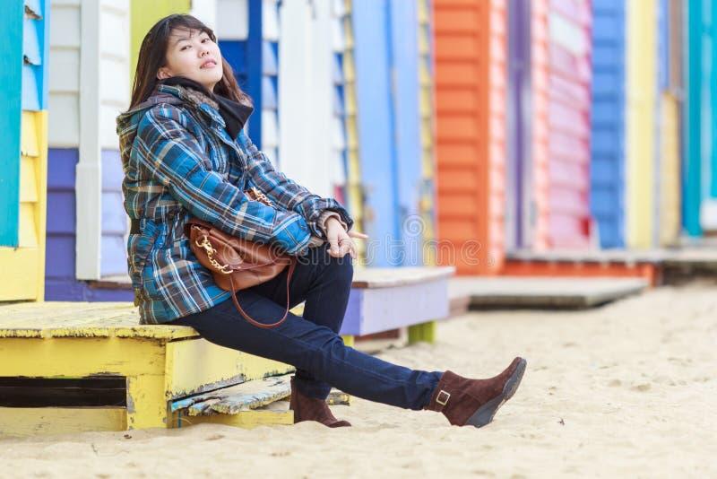 Mulher asiática bonita que senta-se na praia imagens de stock royalty free