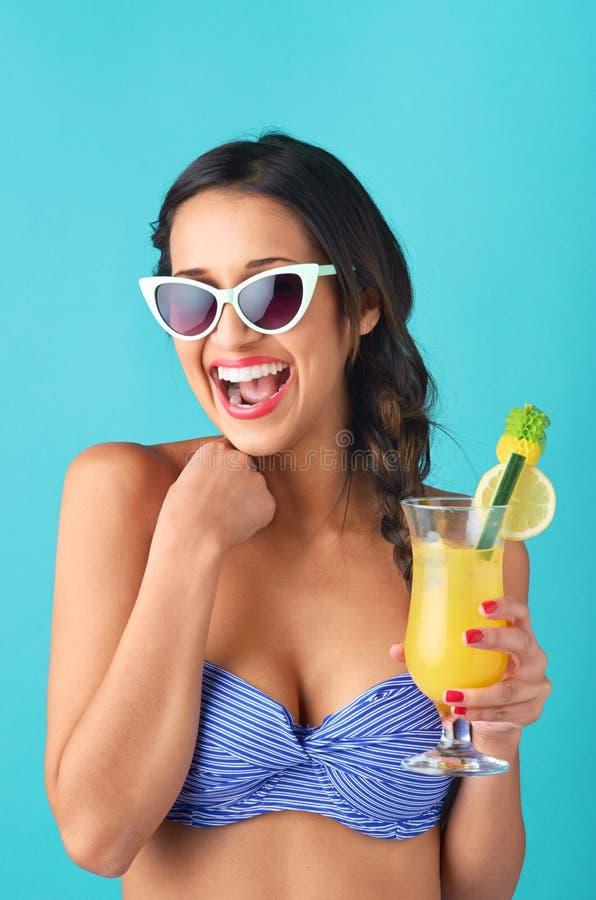 Mulher asiática bonito que tem o divertimento com cocktail imagem de stock
