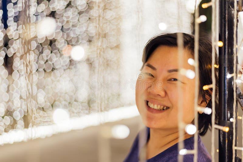 Mulher asiática com bokeh da luz pelo ano novo feliz fotos de stock