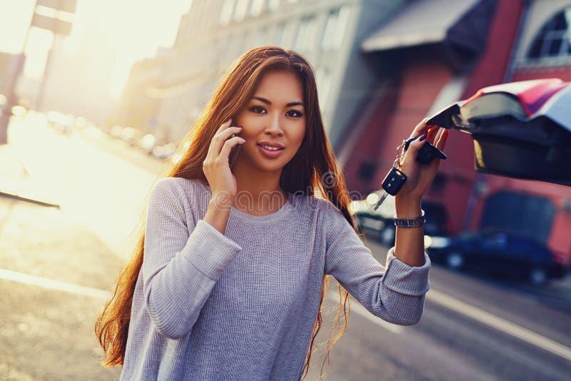 Mulher asiática com carro fotografia de stock