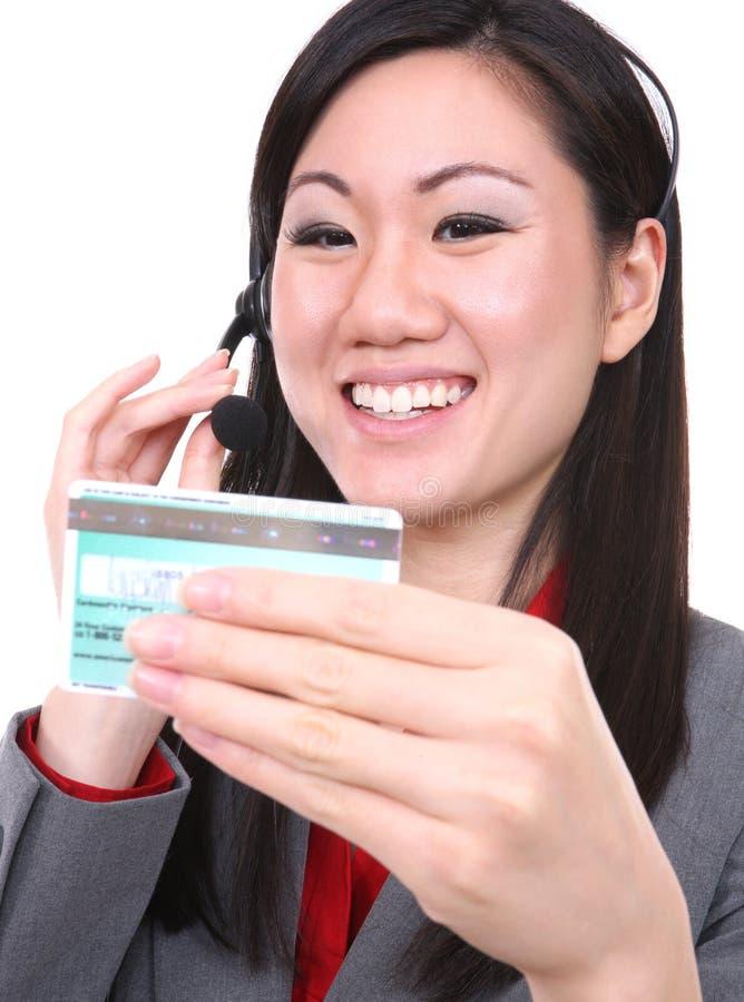 Mulher asiática com cartão de crédito fotos de stock