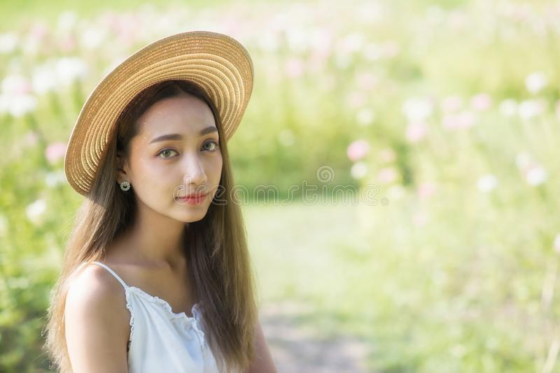 Mulher asiática com o chapéu no jardim fotografia de stock