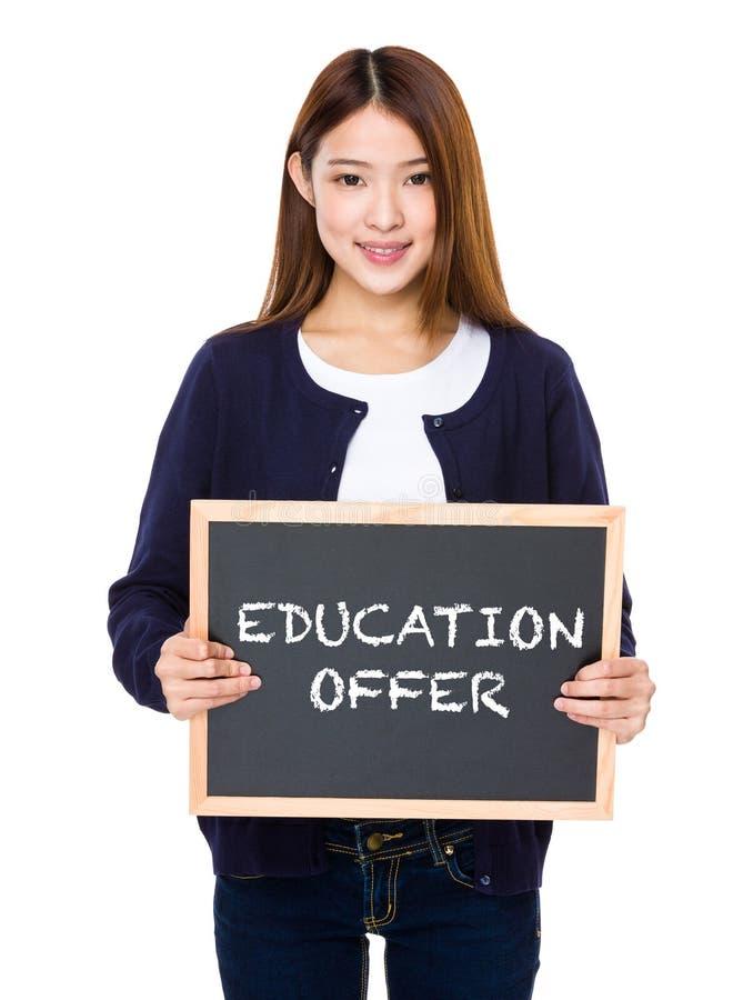 Mulher asiática com o quadro que mostra a oferta da educação foto de stock