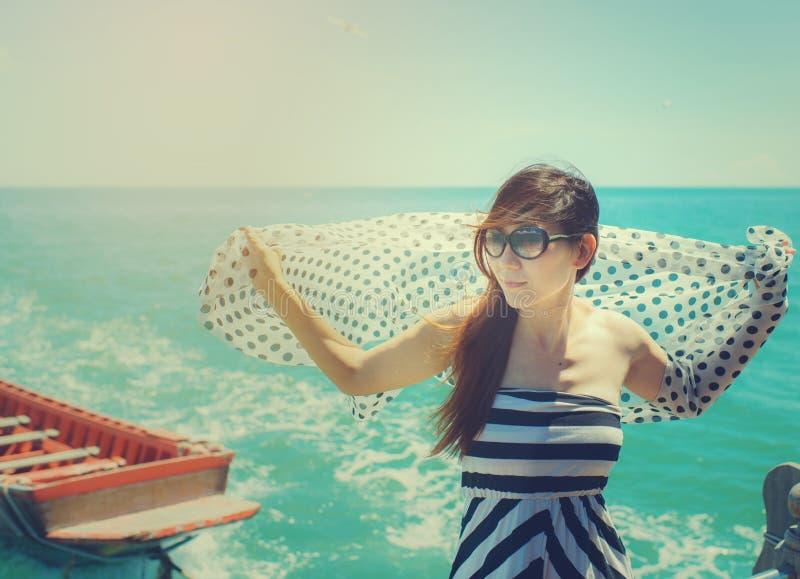 Mulher asiática com o xaile que relaxa no barco fotografia de stock royalty free