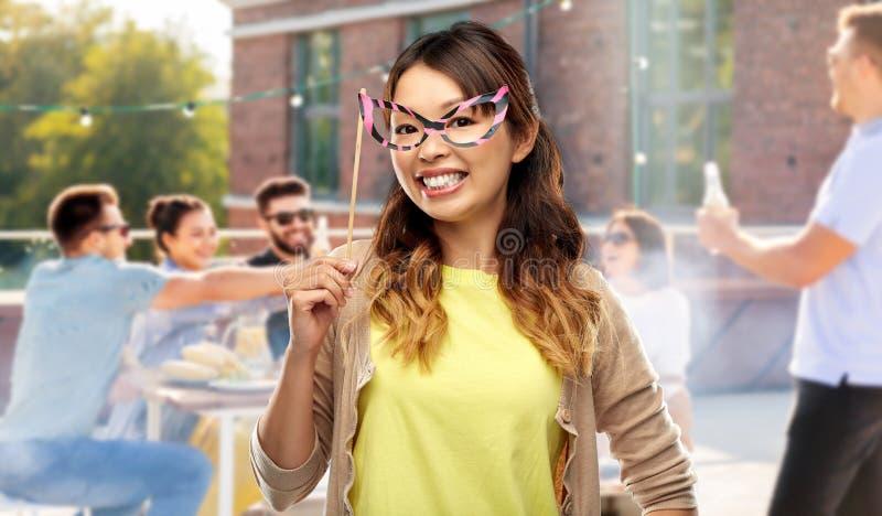 Mulher asiática com vidros grandes do partido sobre o telhado foto de stock royalty free