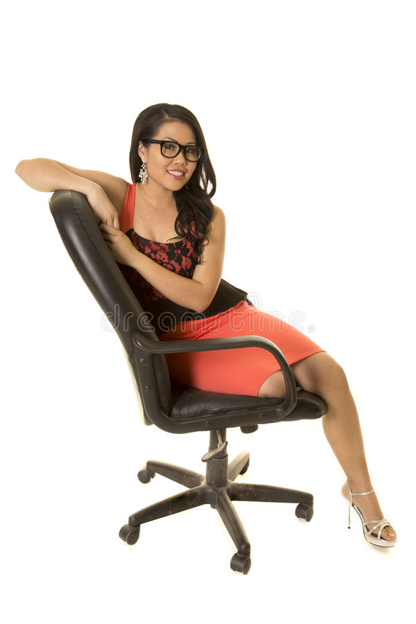 Mulher asiática com vidros no sorriso do assento do vestido foto de stock royalty free