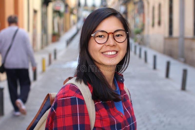 Mulher asiática contemporânea que olha feliz fotos de stock royalty free