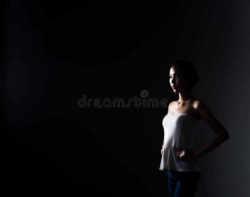 A mulher asiática da aptidão aquece o estiramento da dança do bailado foto de stock