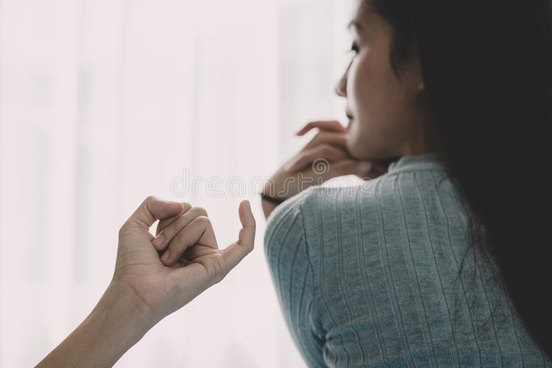 A mulher asiática da beleza foi reconciliada pelo noivo após o argumento no fundo do quarto Sentimento deprimido e brilhante do t imagens de stock