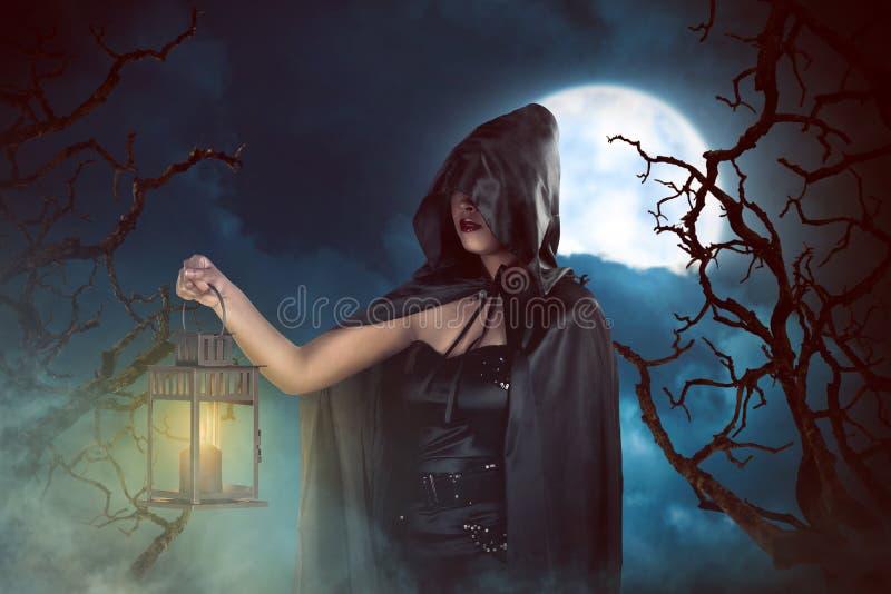 Mulher asiática da bruxa que guarda a lanterna ilustração stock