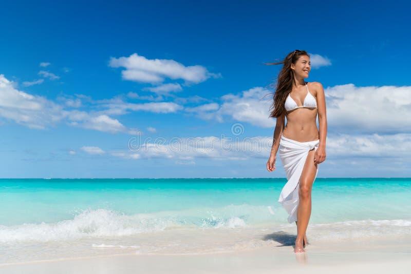 Mulher asiática da praia na roupa da saia do encobrimento do roupa de banho da forma foto de stock
