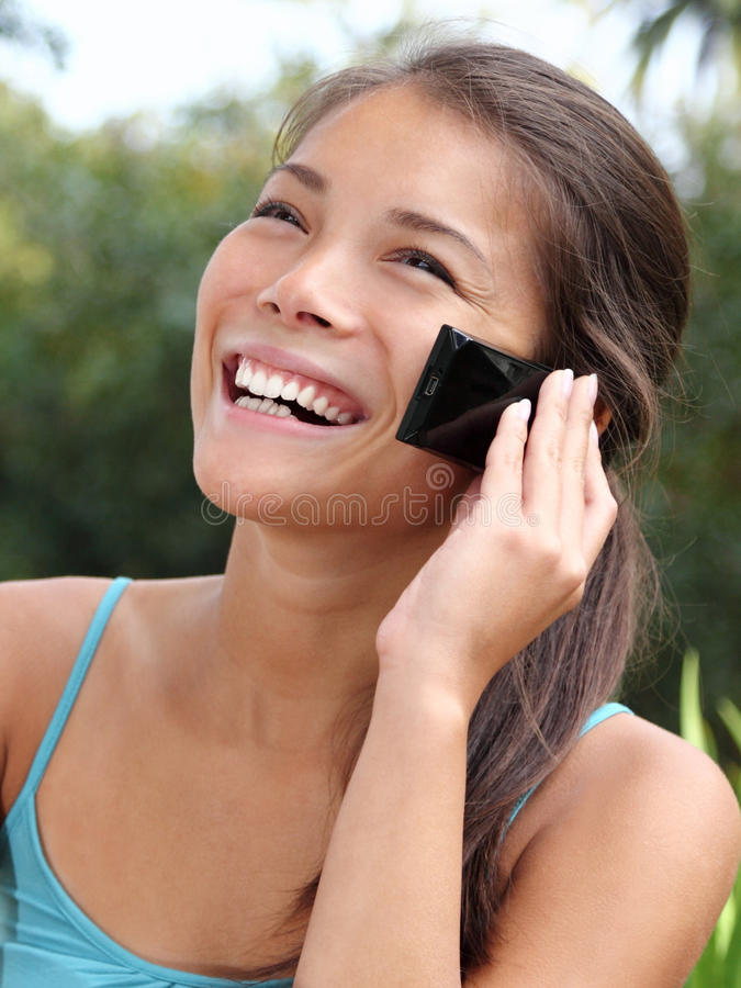 Mulher asiática de sorriso bonita do telefone móvel imagens de stock