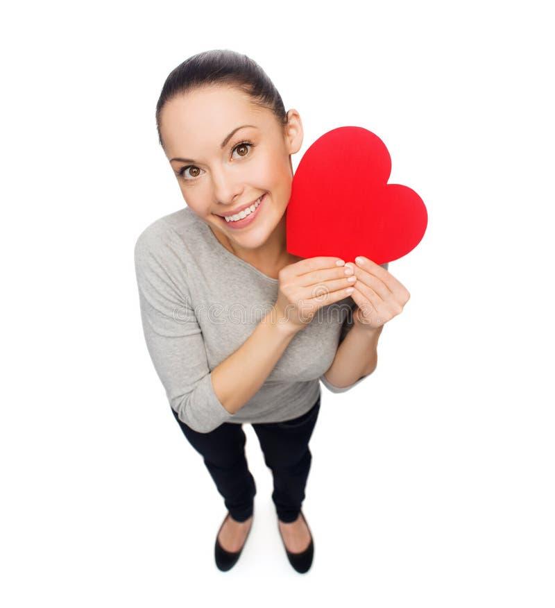 Mulher asiática de sorriso com coração vermelho imagens de stock