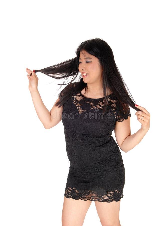 Mulher asiática de sorriso feliz que suja com seu cabelo preto imagens de stock