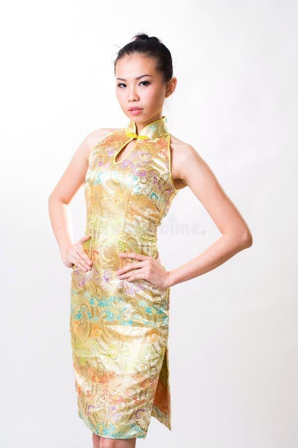 A mulher asiática desgasta o vestido tradicional chinês imagens de stock royalty free