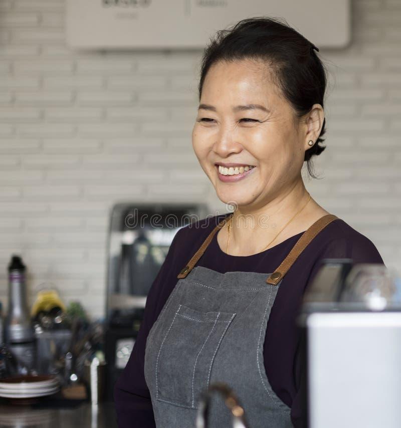 Mulher asiática do barista na cafetaria foto de stock