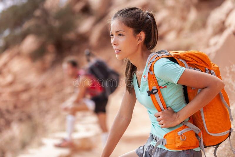 Mulher asiática do caminhante do curso da caminhada que leva a trouxa pesada cansado no passeio na montanha exterior na fuga de G fotografia de stock royalty free