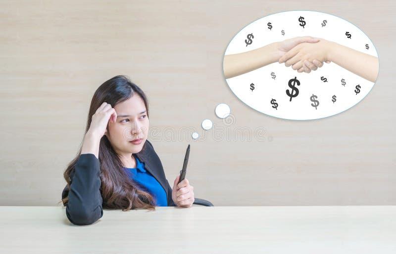Mulher asiática do close up que trabalha com a cara de pensamento à colaboração do negócio para o dinheiro com o lápis em sua mão imagens de stock royalty free