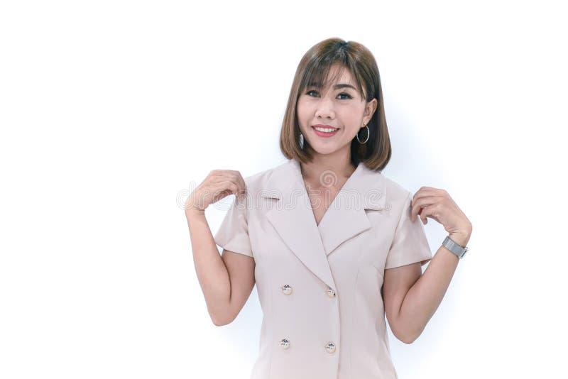 A mulher asiática do escritório levanta acima sua mão para o toque do ombro com sorriso feliz Apresente seu terno de creme novo foto de stock royalty free
