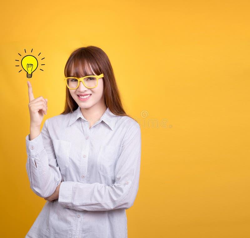 Mulher asiática do negócio com vidros amarelos do vintage fotografia de stock royalty free