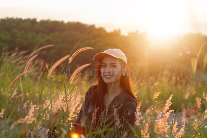 Mulher asiática do retrato que backpacking Estava sorrindo e feliz a t imagem de stock royalty free