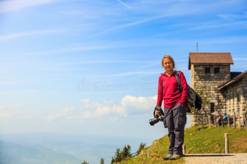 Mulher asiática do turista com sua câmera em Rigi Kulm imagem de stock
